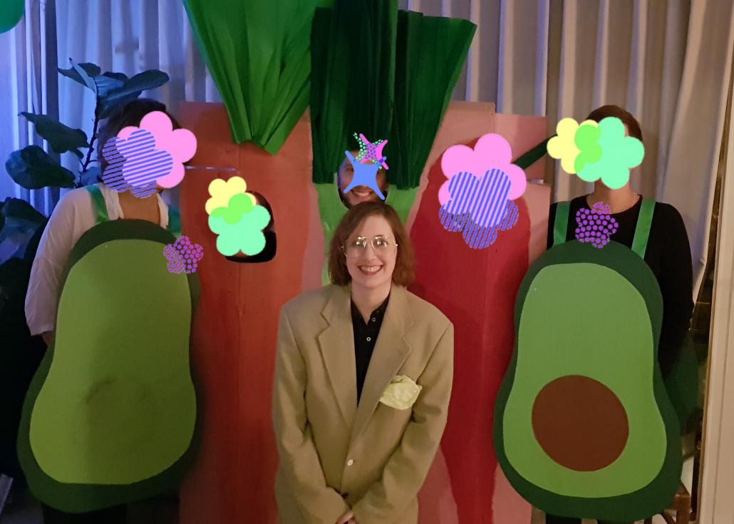 Sechs Personen, die als Gemüse verkleidet sind. Zu sehen sind zwei Avocados, ein Helmut Kohl, ein Lauch, eine Karotte und eine Chili.